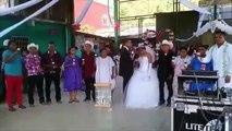 Los novios más tristes evitan el beso en una boda arreglada