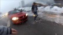 Ce débile se prend pour un pilote de rallye et se rate sur une route de montagne