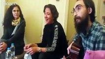 Oyuncu Meltem Cumbul Semih Özakça ile birlikte şarkı söyledi