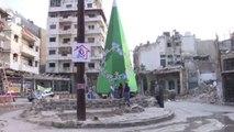 Siria, a Homs la festa intorno all'albero fatto di macerie