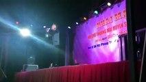 Ca sĩ Du Thiên bị ném gạch khi đang biểu diễn