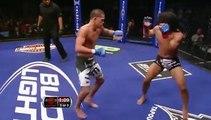 Ce combattant MMA met un coup façon ninja et met KO son adversaire