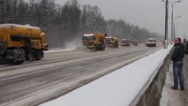 Les russes ne rigolent pas quand il s'agit de déneiger les routes... Ouahhhh