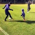 Le footballeur Shinji Kagawa met une série de petits-ponts à un enfant et le fait pleurer