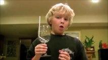 Ce gamin réussit à briser un verre avec sa voix... Fou