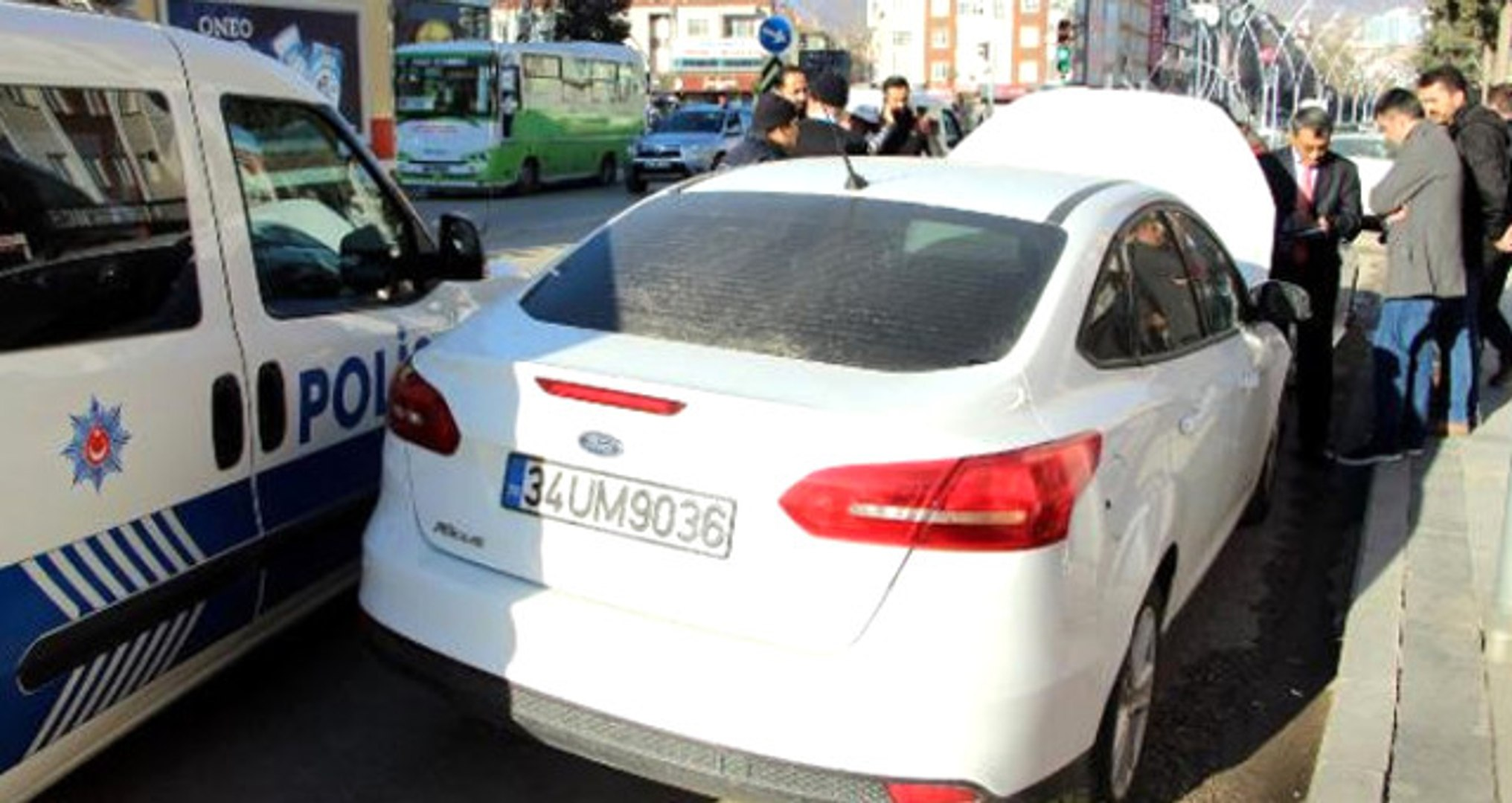 İkiz Plakalı Otomobiller Karşılıklı Park Edince Yakalandı