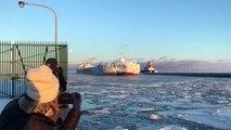 Un énorme bateau revient recouvert de glace d'un voyage