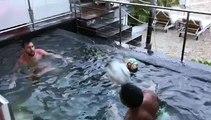 Voir Messi et Suarez jouant au ballon dans la piscine