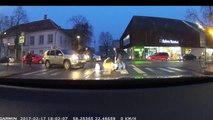 Cet automobiliste sort pour aider une mamie à traverser mais oublie de mettre le frein à main... Oups