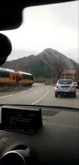 Alpes-de-Haute-Provence : un train traverse la route, les barrières du passage à niveau ouvertes
