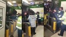 Il se coince les parties en sautant la barrière dans le métro
