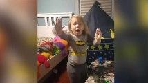 Cet enfant s'est fait prendre en plein délit de jeu en pleine nuit, et sa réaction est très drôle