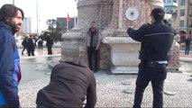 Taksim'de Genç Adam Benzinle Döküp Kendini Yakmaya Çalıştı