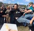 Quand un supporter se fait balancer sur une table en feu !