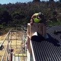 Cet ouvrier fait ses pompes sur le toit d'une maison pas encore terminée !