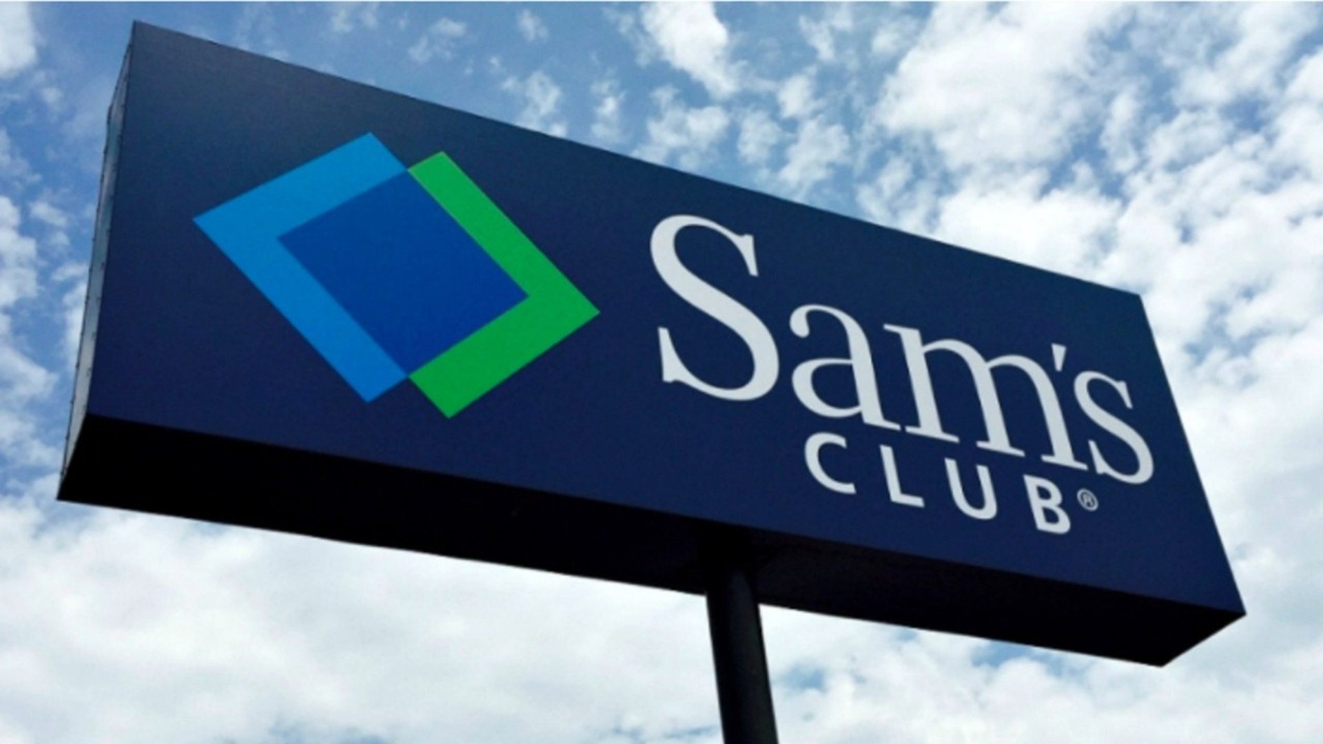 White House Parises Walmart For Raising Minimum Wage as Company Closes Sam's Club Stores