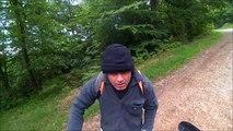 Un motard et un cycliste s'embrouillent dans la forêt !