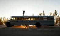 Epuisé par le loyer qu'il paye, un architecte  se loge dans un bus aménagé et parcours 10000 Km