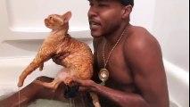 Il fait du Rap dans son bain avec son chat tout trempé !