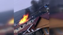 Sultanbeyli'de 3 katlı binanın çatı katı alev alev yandı