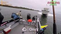 Un hors-bord fonce sur un bateau de pêche