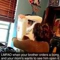 Il commande un bang et sa mère assiste au déballage, il prétend attendre une manette XBox