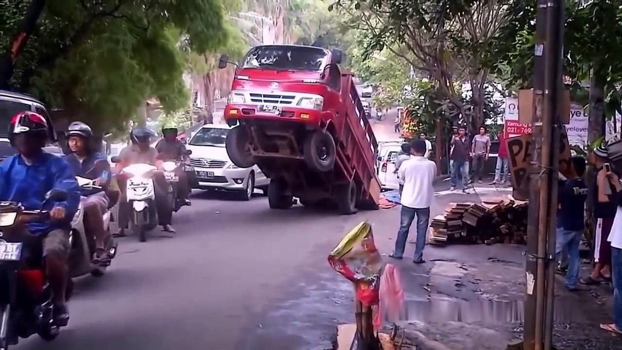 IDIOTS On Trucks 1 part | Compilation Videos Overloaded Trucks 2017 | Fails Trucks | Tipping Truck.