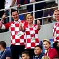 Президент Хорватии Колинда Грабар-Китарович отказалась от вип-зоны, чтобы смотреть игру своей сборной вместе с фанатами на общей трибуне.Подробнее в видео.#