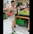 Une femme porte son copain partout où elle va !