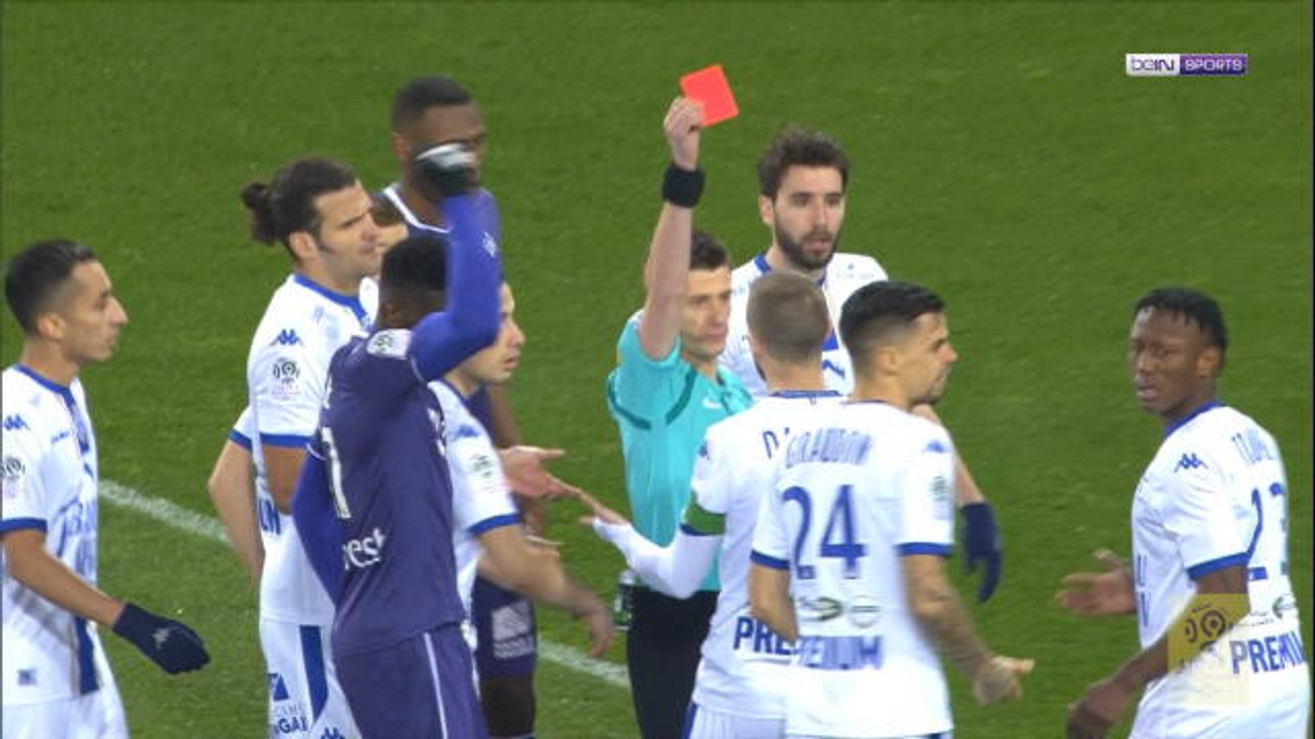 Football: Troyes defender sent off in third minute!