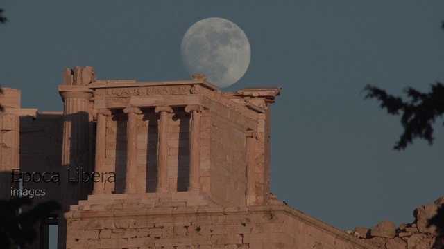 Time Lapse: Moon rises over the Acropolis in Athens