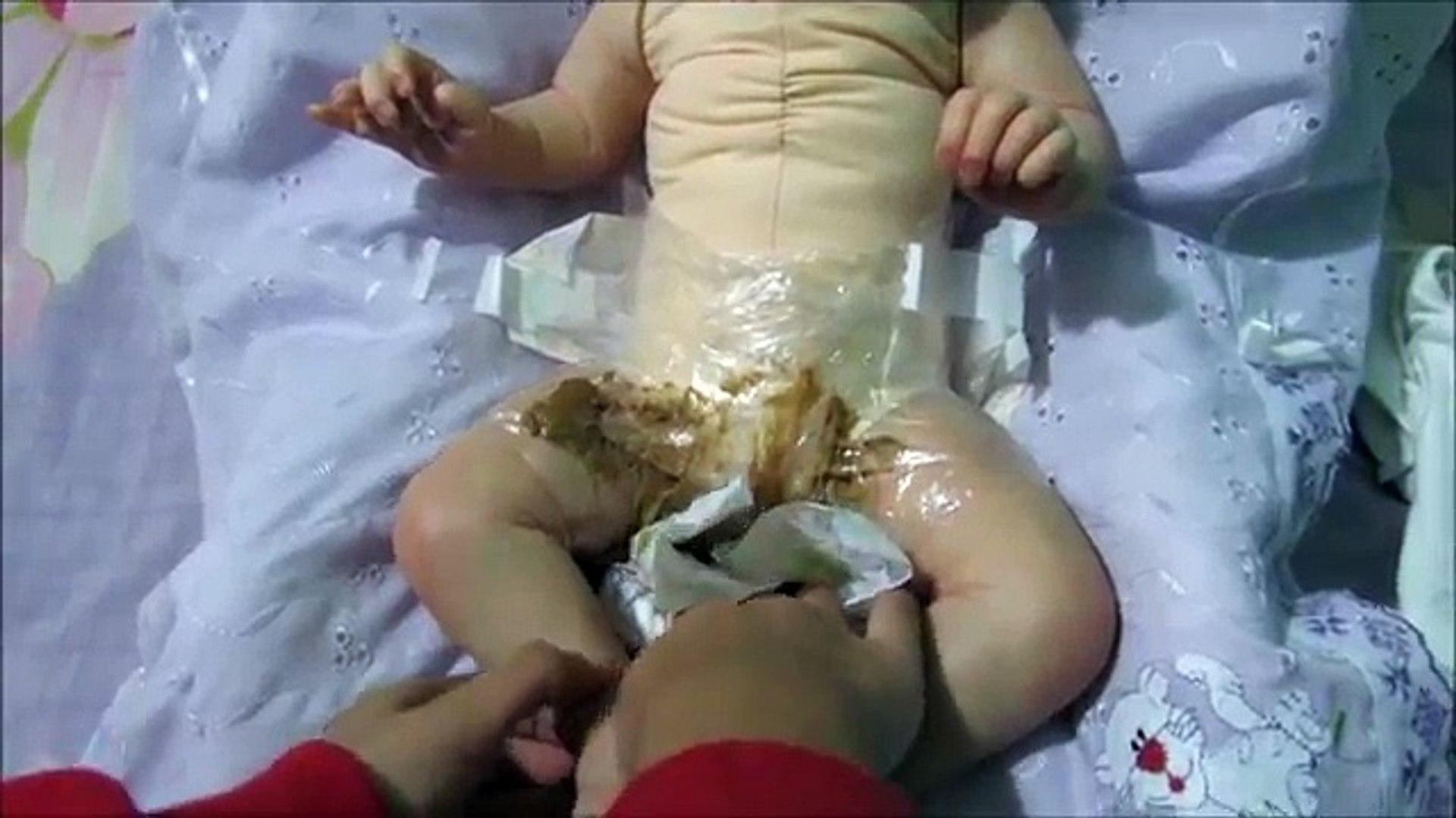 Explosão de cocô da minha bebe reborn (Poop explosion) - Gabi Reborn