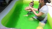 Mở Hồ Bơi Mới & Tìm Đồ Chơi Bất Ngờ Trong Hồ Bơi Gelli Thạch Cùng Chị Bí Đỏ