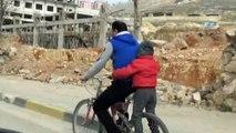Küçük çocuğun trafikteki yolculuğu yürekleri ağza getirdi