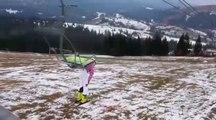 Une skieuse loupe sa descente du télésiège.