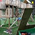 Ce papa bricoleur fabrique un parcours de jeu pour ces enfants dans le jardin