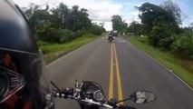 Un motard anticipe mal le ralentissement d'une autre moto