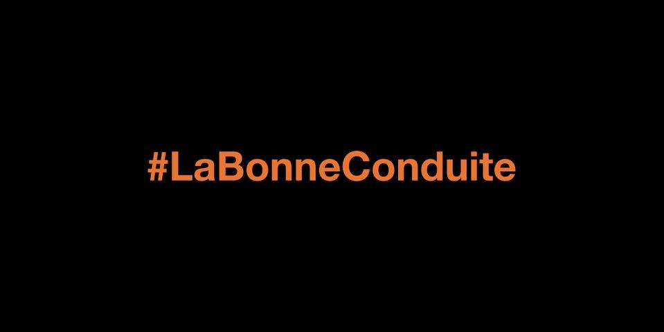 Regarder son téléphone en traversant empêche de voir le danger arriver - #LaBonneConduite