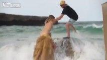 Kate Upton emportée par une vague en plein shooting photo !