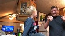 Regardez comment ce papa retire une nouille coincée dans le nez de son fils... Trop drole