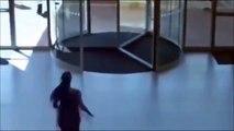 Une voleuse se prend une porte