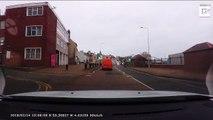 Une voiture de police rate son virage... j'ai glissé chef !