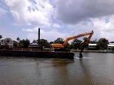 Cette barge avance grâce à une pelleteuse dans l'eau !