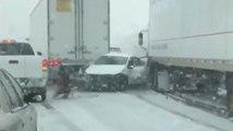 Un camion lui fonce dessus, elle sort vite de sa voiture !