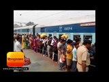मुजफ्फरपुर से मोतिहारी के रास्ते आनंद विहार को जाने वाली सप्तक्रांति एक्सप्रेस में सीट के लिए मारामा