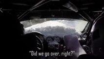 Des pilotes de Rallye se retournent dans la neige et repartent en rigolant