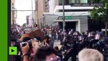 Etats-Unis : la police asperge des manifestants de gaz poivre à Seattle