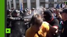 Manifestations à Kiev : des nationalistes tirent des fumigènes et aspergent la police de gaz poivre