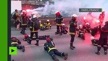 Paris : les pompiers en colère s'allongent sur la route pour bloquer la circulation