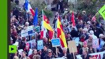 Des opposants aux traités transatlantiques TTIP et CETA manifestent dans Paris
